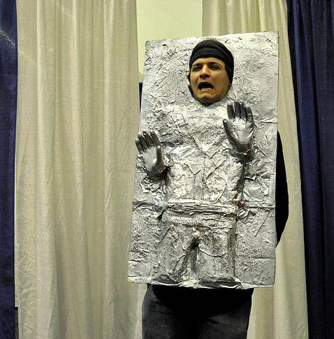 LE GRAND FOURRE-TOUT - Page 32 Han-solo-carbonite-alluminum-costume-comic-con